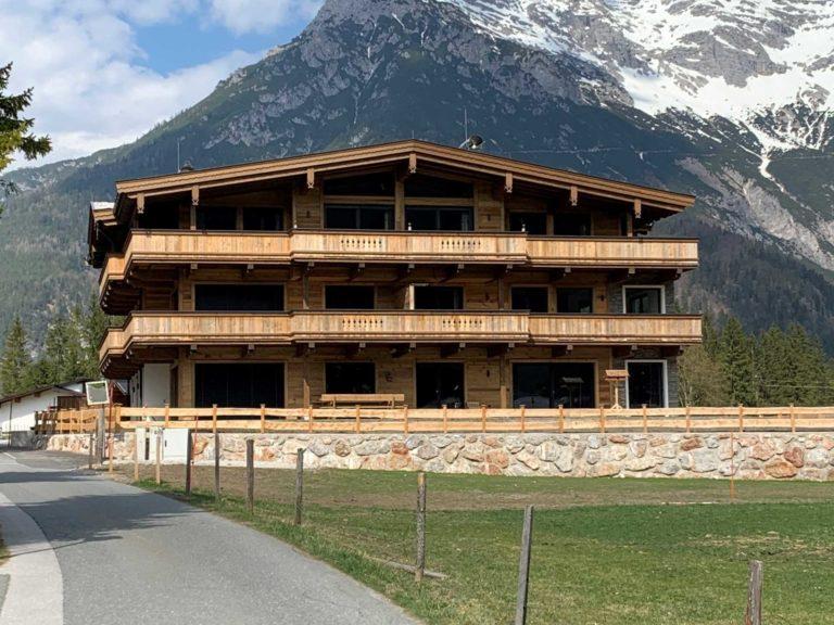 Balkone und Fassade in St. Ulrich am Pillersee