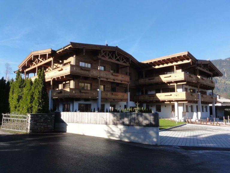 Sichtdachstuhl, Balkone, Fassade Fieberbrunn