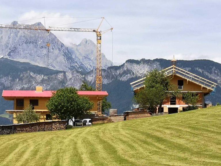 Bauernhaus und Zuhaus in St. Johann i. Tirol